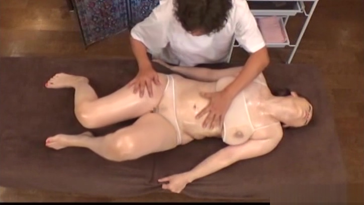 Sultry babe gets her twat fucked during massage